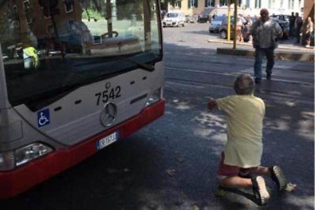 Roma, aspetta autobus un'ora: quando arriva si inginocchia in strada FOTO