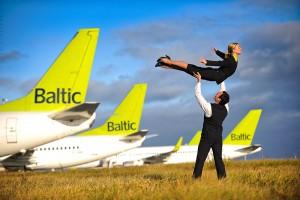 AirBaltic, il volo che non decolla perché equipaggio è ubriaco: arrestati pilota e hostess