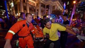 Bomba centro bangkok, almeno 15 morti. Tv: Ci sono turisti