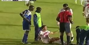 I soccorritori sono maldestri: il calciatore cade dalla barella