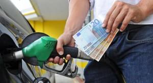 Benzina, pieno a 80 euro: risparmio per le ferie ma traffico da bollino nero