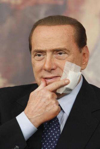 Berlusconi ferito: testa contro yacht a Saint-Tropez