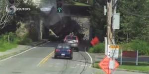 Boston, ponte è troppo basso: camion intrappolato