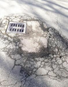 Troppi incidenti a Roma per le buche: pm indagano su appalti