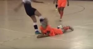 Video Youtube: calcio in faccia alla giocatrice e mega rissa