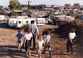 Festa al campo rom: non lo invitano, li prende a bastonate