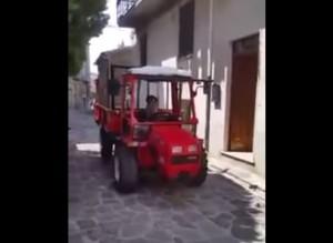 VIDEO YouTube - Cane guida trattore a San Mauro Cilento