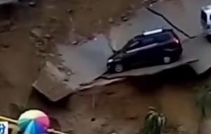 Cina, piogge torrenziali colpiscono Linfen: auto franano nel fiume