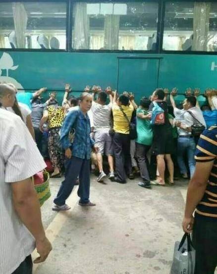 Cina, bimba investita: in 100 sollevano bus per salvarla