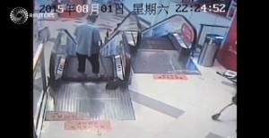 Cina, gradini scala mobile si aprono: 35enne perde piede