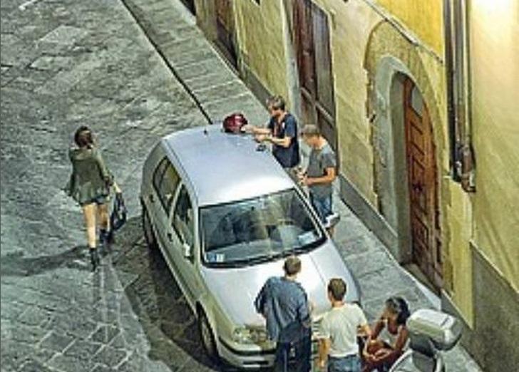 Firenze, sniffano coca in strada FOTO