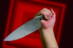 Papà armato di coltello, bimbo fa scudo e salva mamma