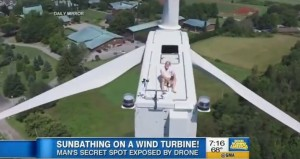 prende sole su mega pala eolica alta 60 metri