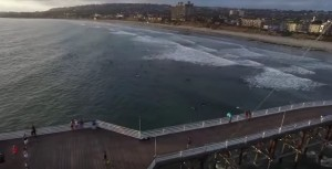 drone sorvola pontile, pescatore lo afferra al volo con l'amo