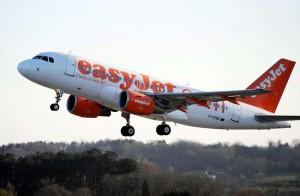 Volo Easyjet atterra d'emergenza per un tappo di champagne