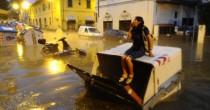 Anche profughi  a spalare fango dopo l'alluvione Idea a Firenze