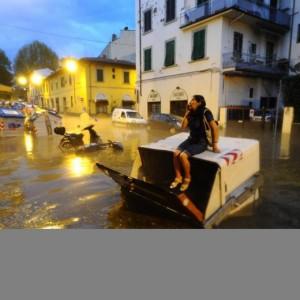 Alluvione Firenze: profughi per spalare fango. Idea Regione-Comune