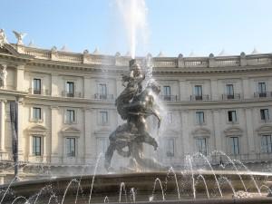 Roma, donna si fa il bagno nella fontana delle Naiadi mentre passa Sergio Mattarella
