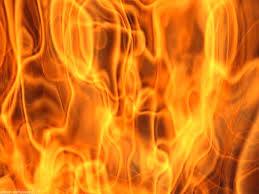 Si dà fuoco in giardino, marito si getta sopra per salvarla