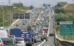 Roma, Grande Raccordo Anulare: cade di sotto dal cavalcavia con l'auto e muore