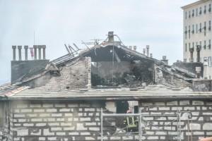 Candele per San Raffaele, danno fuoco a un palazzo a Genova, 18 famiglie in albergo