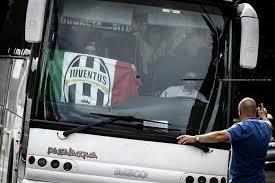 Il pullman della Juventus (foto Ansa)