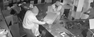 I ladri all'interno del negozio ripresi dalla telecamera di sicurezza (foto L'Eco di Bergamo)
