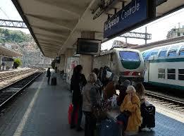 La Spezia, il ferroviere prende a calci 2 borseggiatrici. I turisti applaudono