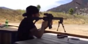Video YouTube: Lewis Hamilton spara con mitragliatrice