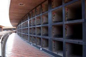 Bologna, sconti al cimitero: loculi in offerta