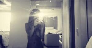 Lindsay Lohan, sexy selfie a seno nudo davanti allo specchio