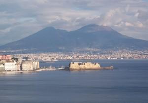 Ombrelloni rubati su spiaggia libera: lido abusivo a Napoli
