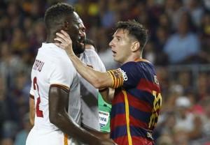 Leo Messi prende per il collo Yanga Mbiwa (foto Ansa)