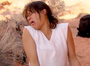 Michelle Rodriguez mangia un topo cotto nell'urina