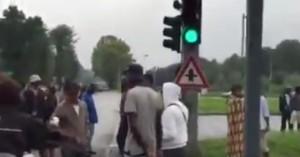 Cento migranti bloccano strada. Caos e polemiche a Milano