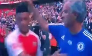 Mourinho sconfitto non saluta Wenger. Poi regala medaglia a tifoso