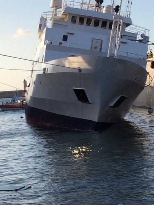 Nave si inclina materiali a bordo travolgono equipaggio