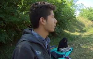 VIDEO YouTube Porta nonna dall'Afghanistan in Ungheria spingendo carrozzina La
