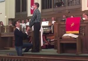 nozze gay annuncio in chiesa. Pastore applaude