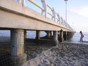 Forte dei Marmi: torna la rete anti venditori ambulanti. Per loro addio ombra sotto il pontile