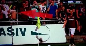 """VIDEO YouTube - Tifosa si spoglia per """"incitare"""" calciatore"""