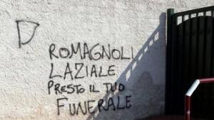 Una delle due scritte contro Alessio Romagnoli (foto Twitter)