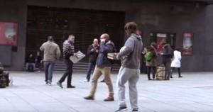 Cristiano Ronaldo finto senzatetto: fa il fenomeno a calcio, nessuno se lo fila