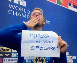 Ruffini, oro ai campionati mondiali di nuoto, chiede ad Aurora Ponselé di sposarlo