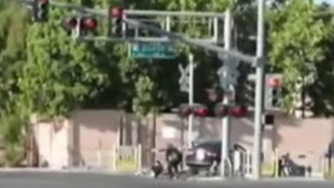 VIDEO YouTube, San Francisco: auto sui binari, guidatore salvato dal treno in arrivo