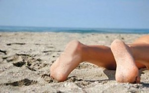 Sesso focoso in spiaggia, ragazzo si frattura il pene dopo erezione record
