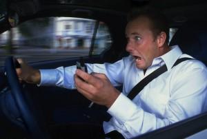 Guidi e guardi lo smartphone? 171 € di multa e via 5 punti