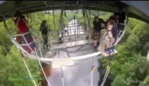 Si lancia col bungee jumping da 40 metri con l'abito nuziale