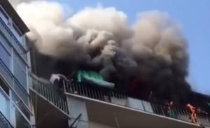 VIDEO YouTube, Torino: incendio in un palazzo, abitante in fuga sui balconi