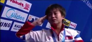 Kim Kuk Hyang si commuove durante l'inno